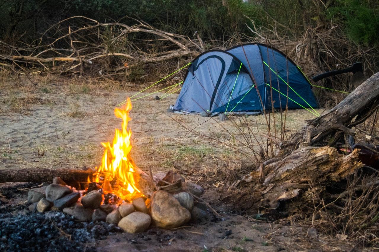 Tälta i skogen eller på camping?
